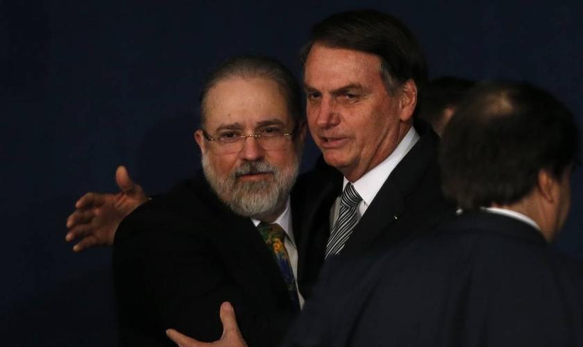 Jair Bolsonaro cumprimenta o procurador-geral da República, Augusto Aras, na cerimônia de posse. (Foto: Jorge William / Agência O Globo)