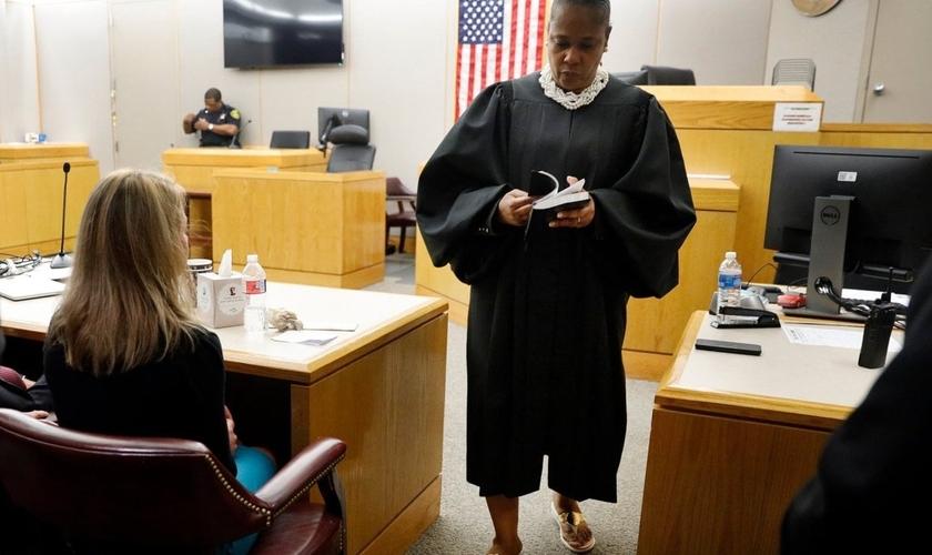 A juíza Tammy Kemp deu sua Bíblia a ex-policial Amber Guyger, condenada a 10 anos por atirar fatalmente em seu vizinho. (Foto: WFLA)