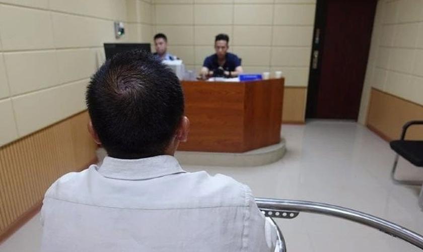 Missionário presta depoimento às autoridades chinesas. (Foto: reprodução/Bitter Winter)
