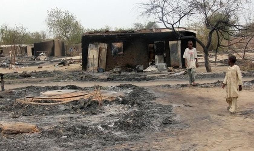 Casa queimada por radicais muçulmanos, em Uganda. (Foto: Reprodução/AFP)