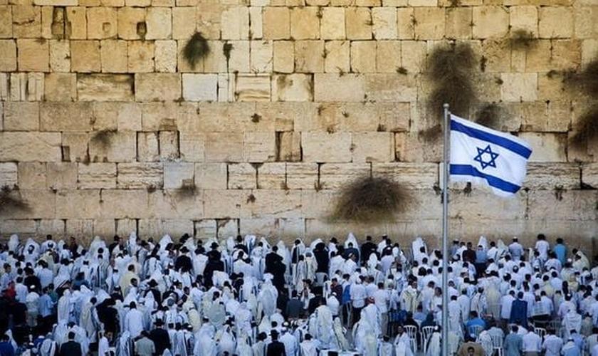 Judeus no Muro das Lamentações para o Dia do Perdão. (Foto: Reprodução/Daily Express)