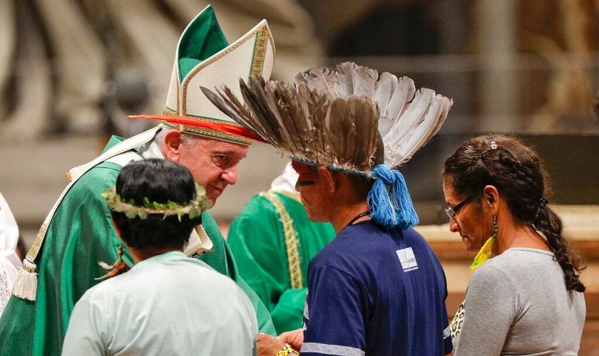 Papa recebe comunidades indígenas da Amazônia na missa de abertura do Sínodo. (Foto: Tiziana Fabi/AFP)
