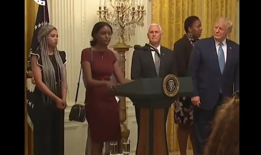 A jovem Mahlet, de origem etíope, faz oração por Trump na Casa Branca. (Foto: Reprodução/Twitter)