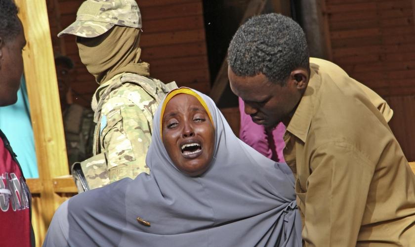 Mulher entra em desespero após ação de extremistas islâmicos, na Somália. (Foto: Farah Abdi Warsameh / AP)