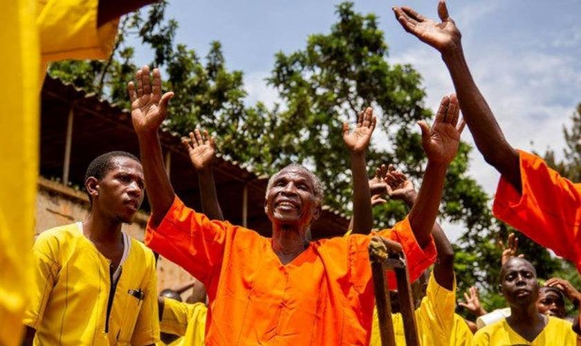 Los prisioneros se rinden a Jesús en un evento evangelístico.  (Foto: Reproducción / Noticias UG)