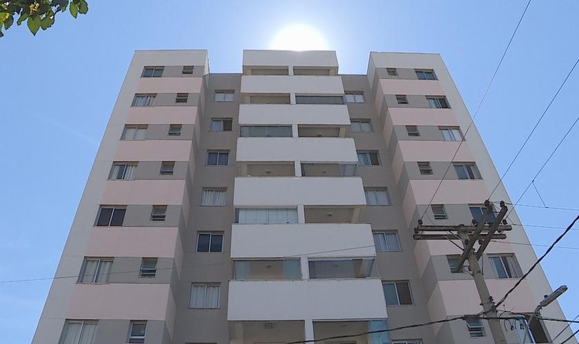 Prédio onde a menina de 10 anos caiu do 9º andar, em Belo Horizonte. (Foto: Reprodução/TV Globo)