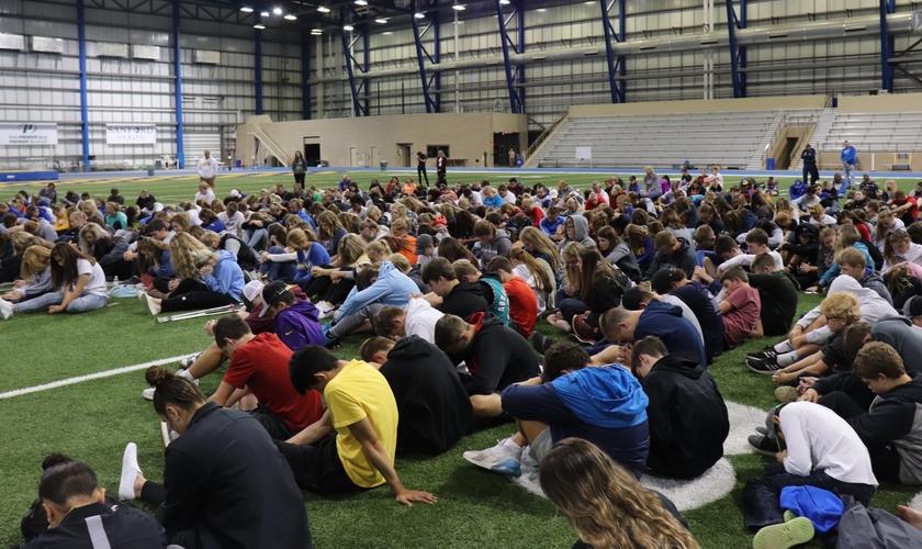 Milhares de jovens reunidos para orar e cultuar a Deus em campos esportivos das universidades americanas. (Foto: Reprodução/Jack Rabbit FCA)