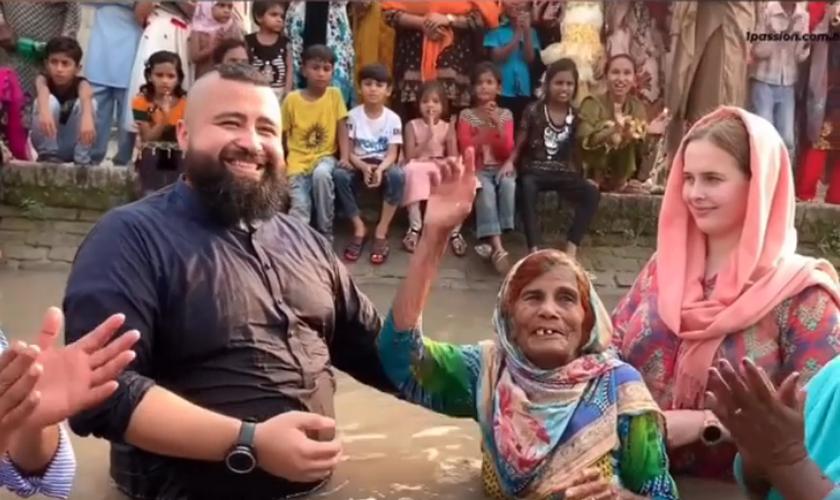 Batismo de idosa de 90 anos leva multidão a descer às águas, no Paquistão. (Foto: Reprodução/Instagram)