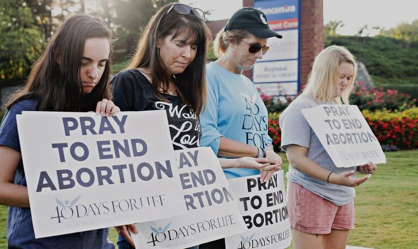 Voluntários fazem vigília e oram nas portas das clínicas de aborto. (Foto: Reprodução/40 Days for Life)