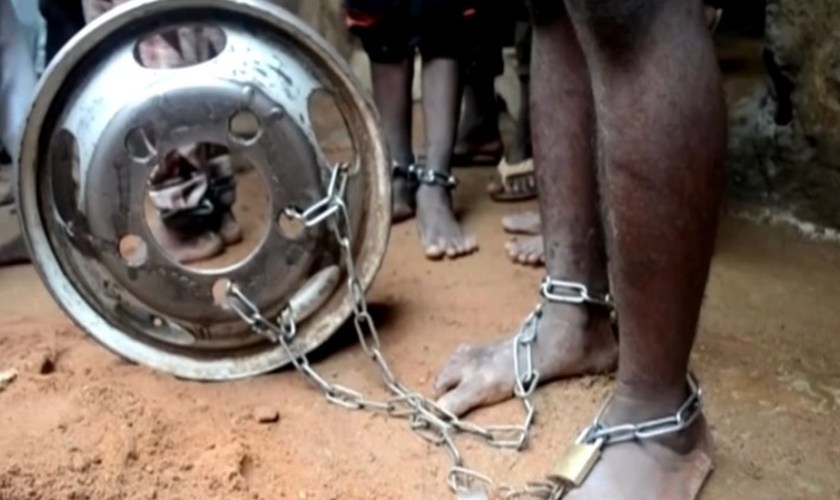 Adolescente com os pés amarrados a uma roda no estado de Kaduna, na Nigéria. (Foto: Reprodução/Reuters)