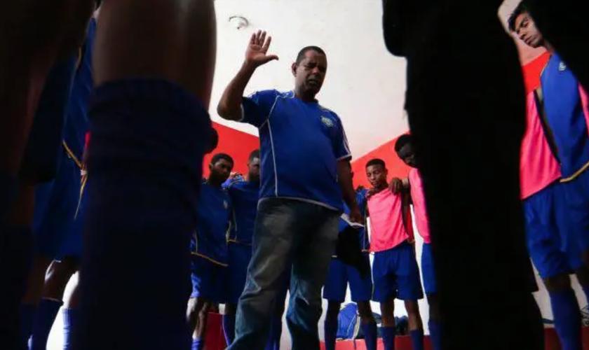 Pastor Ilmar faz oração junto com os jogadores do CAAC. (Foto: Wilton Junior/Estadão)