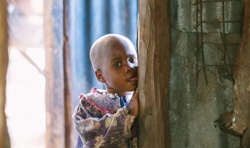 : Família de oito pessoas no Quênia vive uma vida nômade desde que sua casa foi incendiada em março de 2019. (Foto: Reprodução/IMB)