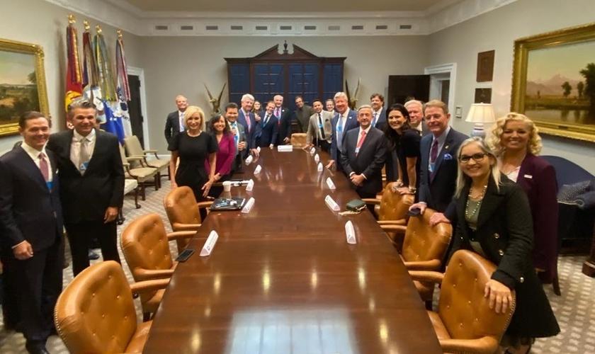 Pastores reunidos na sala Roosevelt, na Casa Branca. (Foto: Reprodução/Instagram)