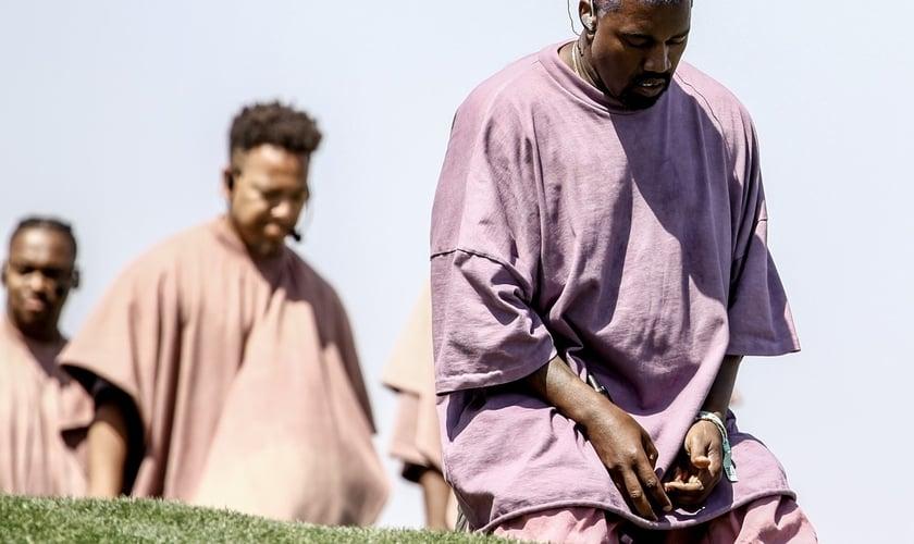 Kanye West se ajoelha durante 'Jesus Walks' no show 'Sunday Service' no Coachella, na Califórnia. (Foto: Rich Fury/AFP)