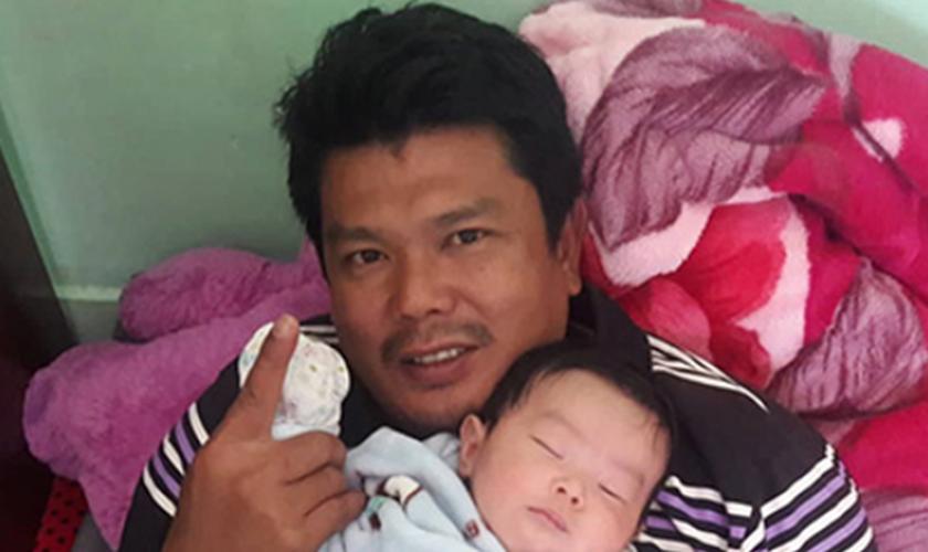 O médico voluntário e fotógrafo Zhao Sang com sua filha. (Foto: Reprodução/FBR)