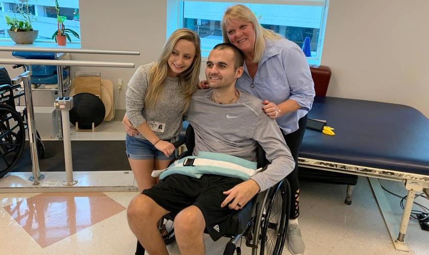 Nick Williams deixou o hospital acompanhado de sua família, nos EUA. (Foto: Jackson Health System)
