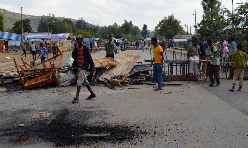 Membros da etnia Oromo bloquearam uma estrada em Wolenkomi, em dezembro. (Foto: William Davison/AFP/Getty)