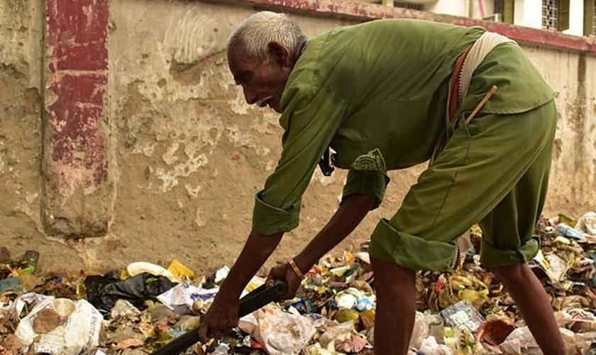 Muitos cristãos no Paquistão são trabalhadores de saneamento, como mostra esta imagem, usada para fins ilustrativos. (Foto: Reprodução/Barnabas Fund)