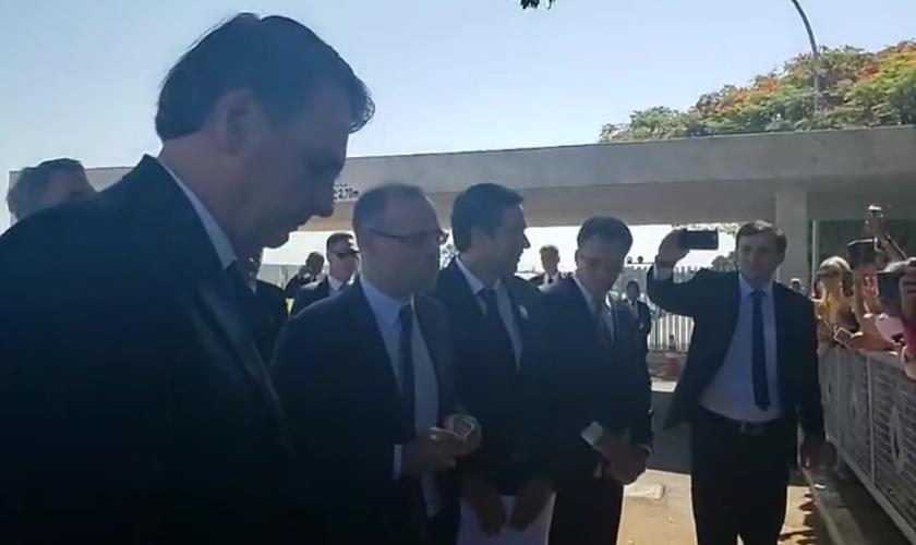 Momento da oração, feita por André Mendonça na porta do Alvorada. (Foto: Reprodução/Facebook)