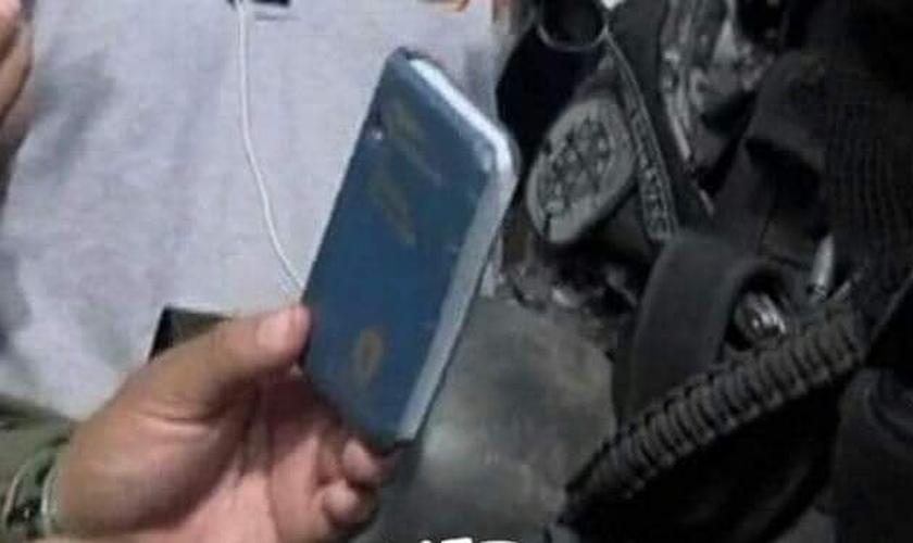 Bíblia de bolso que reteve a bala antes que atingisse o peito do policial. (Foto: Reprodução/Facebook)