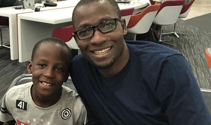Pastor Peter Sewakiryanga com um menino sobrevivente de sacrifício infantil. (Foto: Reprodução/UGCN)