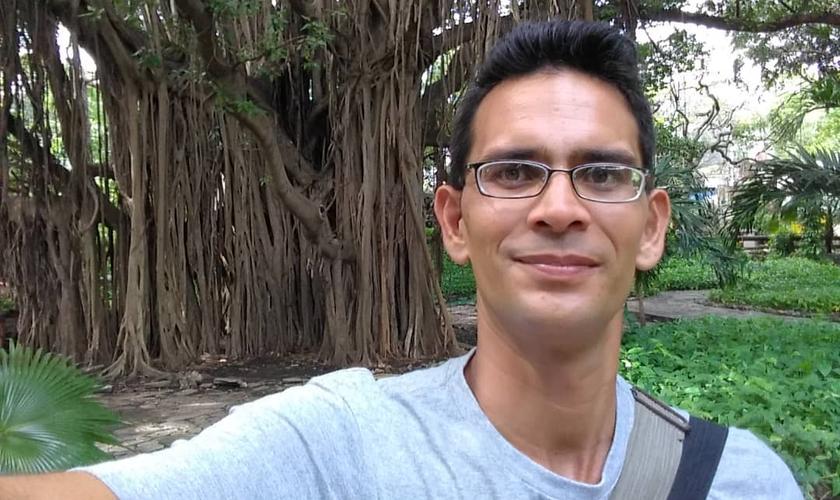 Pastor Ricardo Fernández Izaguirre denuncia abusos do regime cubano. (Foto: Reprodução/Facebook)