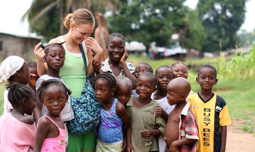 Joven misionero interactúa con niños en Liberia.  (Foto: MissHibiscus / iStock / Getty Images)