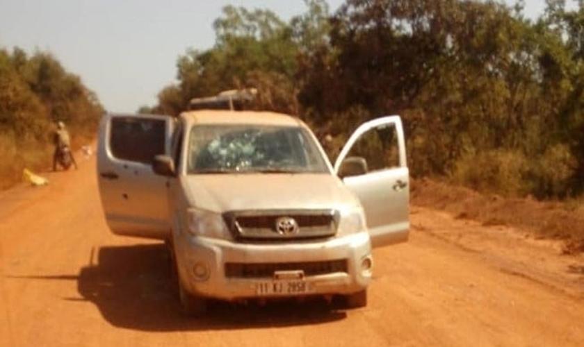 Um dos veículos cravejado de balas no ataque dos jihadistas ao comboio de funcionários no sudeste de Burkina Faso. (Foto: Reprodução/Barnabas Fund)