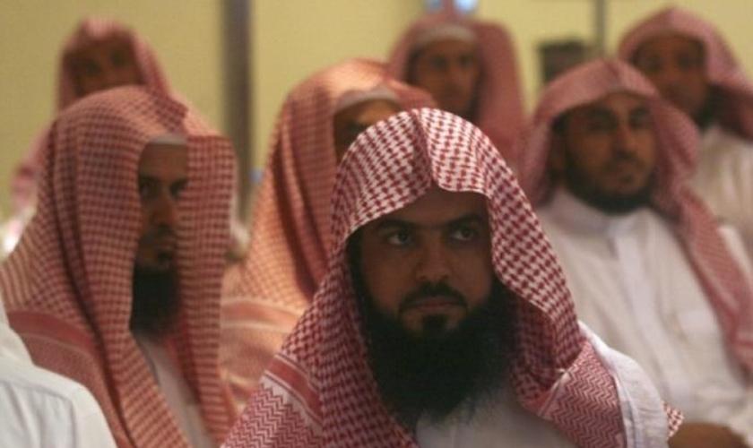 Muçulmano se converte a Jesus após presenciar milagres na vida do irmão caçula, que é cristão. (Foto: Reprodução/God Reports)