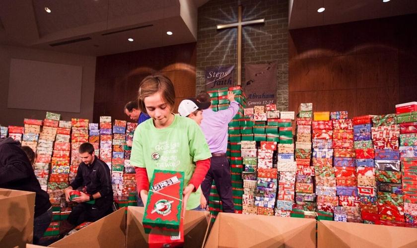 Evilyn Pinnow prepara uma das milhares de caixas de sapatos da Operação Christmas Child. (Foto: Samaritan's Purse)
