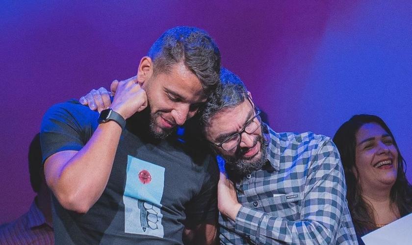 O meio-campista do Flamengo, Pepê Vilardi, ao lado do pastor Jr. Vargas. (Foto: Igreja Presbiteriana das Américas)