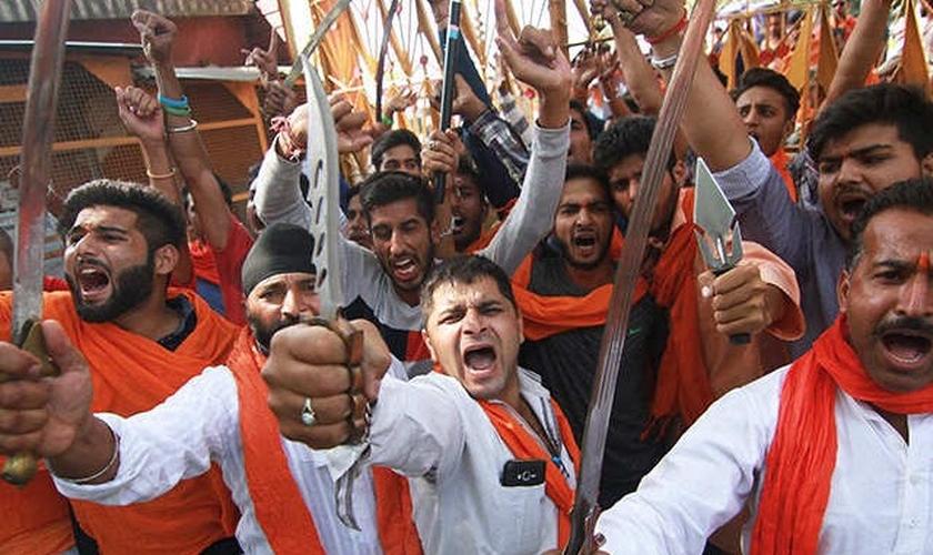 Radicais hindus em posição de ataque. (Foto: Reprodução/India Times)