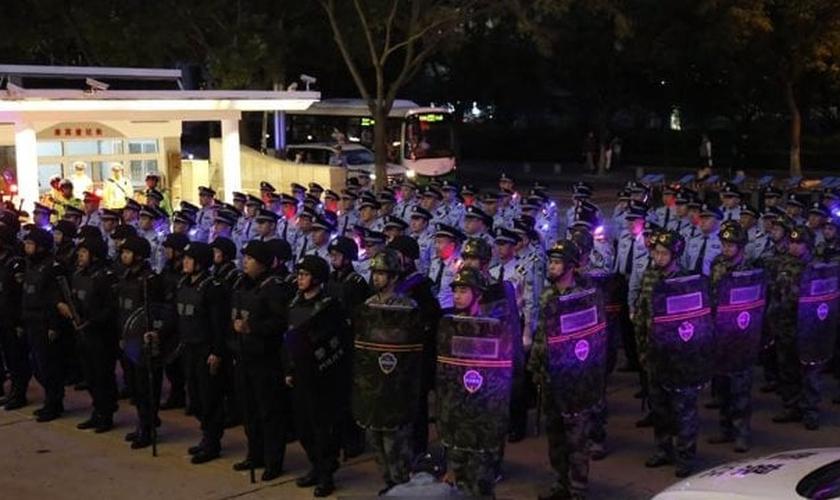 Regime fez uma cerimônia para marcar o início da operação de repressão em Qingdao. (Foto: Reprodução/Bitter Winter)