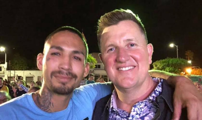 Pastor Jason Woolford, diretor da organização Mission Cry, ao lado de homem evangelizado. (Foto: Mission Cry)