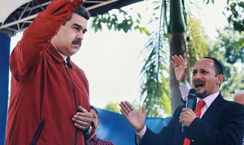 O líder venezuelano Nicolás Maduro recebe oração em encontro para atrair apoio evangélico. (Foto: Nicolás Maduro/Instagram)