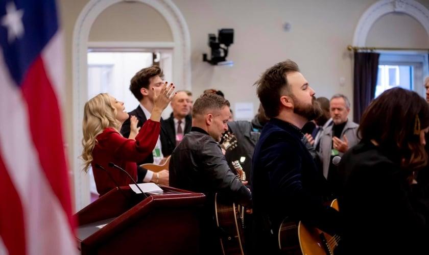 Líderes de louvor da Igreja Bethel, Brian e Jenn Johnson, lideram louvor na Casa Branca. (Foto: Jonathan Williams/Instagram)