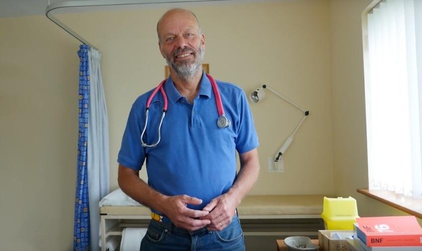 O médico Richard Scott, denunciado por orar com pacientes corria o risco de perder sua licença profissional. (Foto: Reprodução/Christian Headlines)