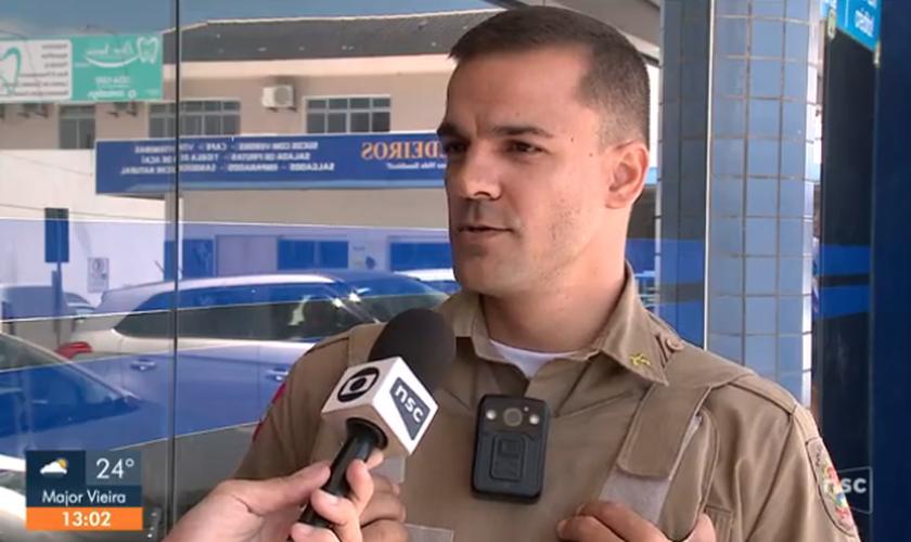 O policial militar Gustavo Rangel decidiu comprar todos os potes de bolo para ajudar os venezuelanos. (Foto: Reprodução/TV Globo)