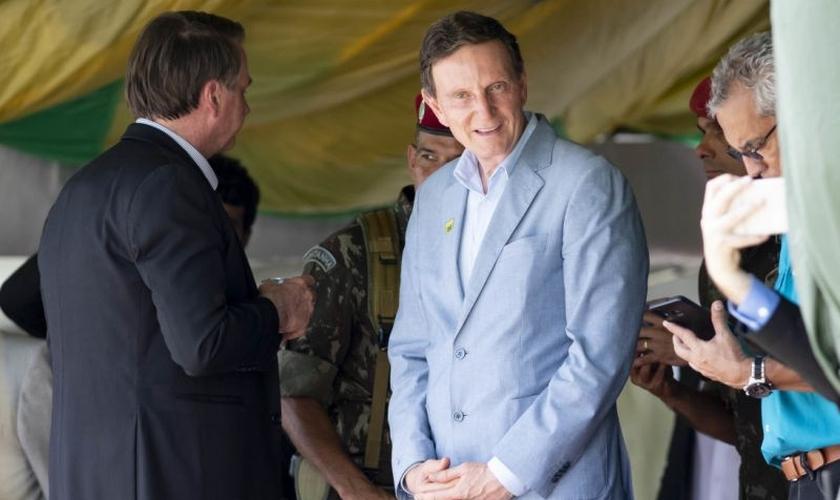 Prefeito do Rio de Janeiro, Marcelo Crivella, com o presidente Jair Bolsonaro na Vila Militar, no Rio de Janeiro. (Foto: Celso Pupo/Fotoarena/Folhapress)