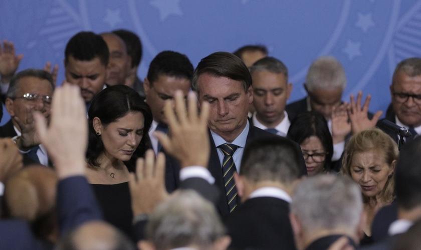 O presidente Jair Bolsonaro e a primeira-dama Michelle participam de um culto de ação de graças no Palácio do Planalto. (Foto: Reprodução/EBC)
