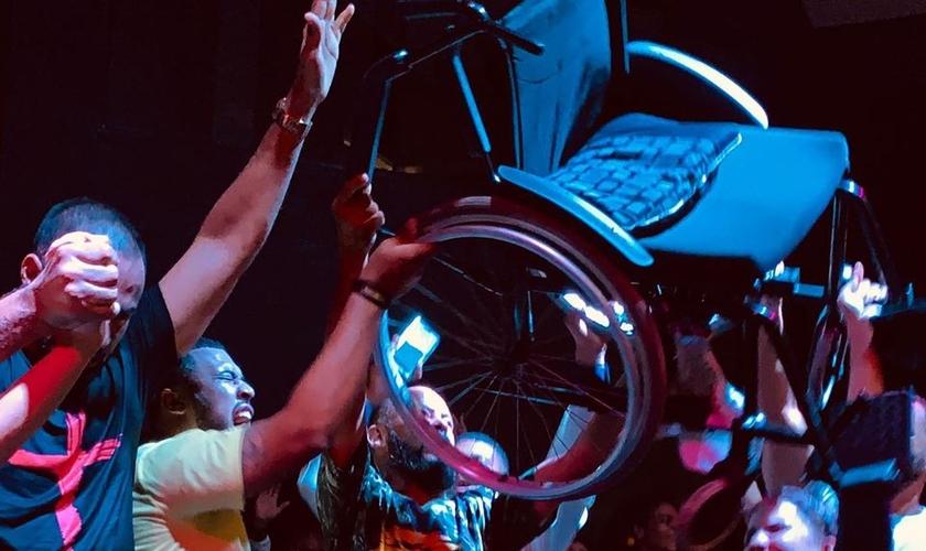 Vanessa Sousa levantou da cadeira de rodas após 11 meses de paralisia. (Foto: Catedral Vale da Bênção)