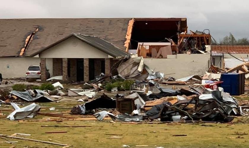 Igreja e a Escola Batista após a devastação por um tornado. (Foto: Reprodução/Facebook)