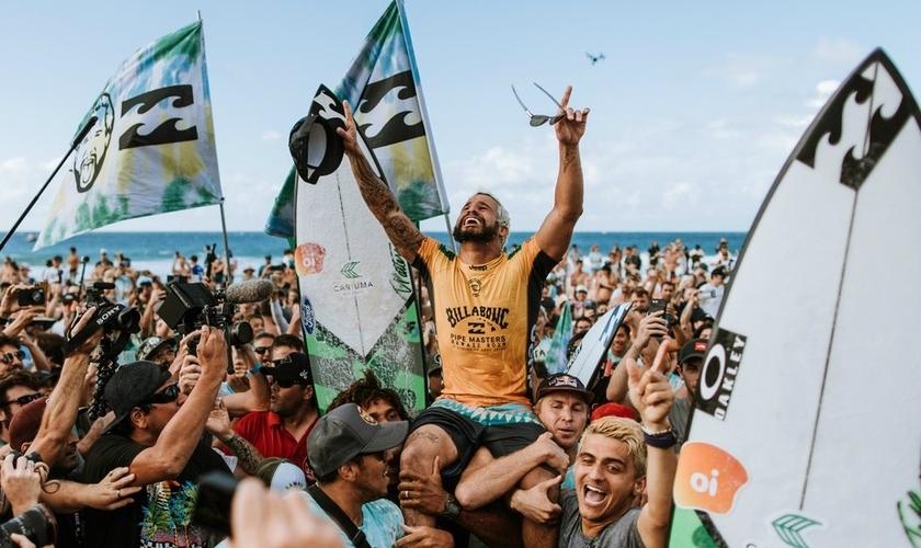 Ítalo Ferreira após vencer o campeonato mundial de surfe. (Foto: Divulgação/WSL)
