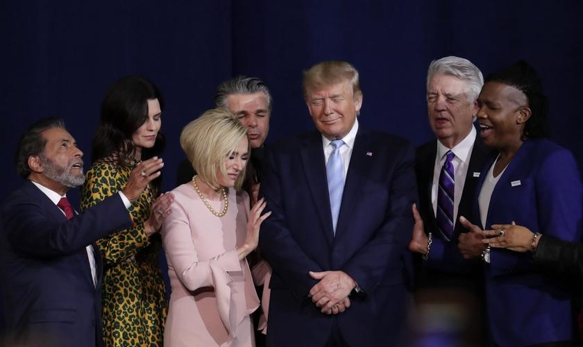 Líderes evangélicos oram pelo presidente Donald Trump na Igreja El Rey Jesús, em Miami. (Foto: AP/Lynne Sladky)