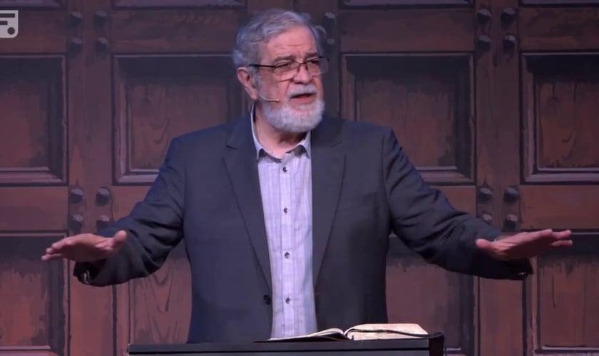 Pastor Augustus Nicodemus, em pregação. (Foto: Reprodução/Youtubee/Fiel)