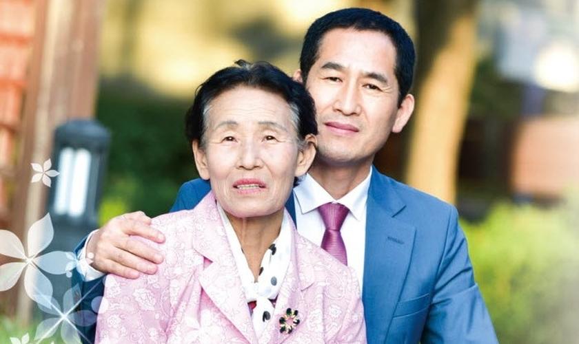 Dong-Gyu Kim e sua mãe experimentaram a cura sobrenatural de Deus. (Foto: Reprodução/Christian Telegraph)