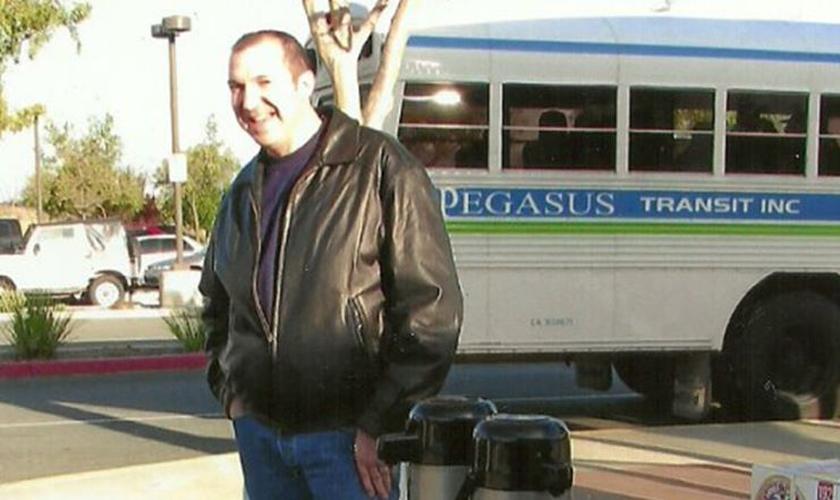 As pessoas que passam no ponto de ônibus se tornaram a segunda congregação do pastor David. (Foto: AG News)
