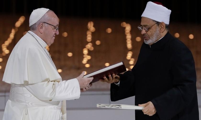 """Papa Francisco e o Sheik Ahmed el-Tayeb, o grande imã de Al-Azhar do Egito, trocaram uma declaração conjunta sobre """"fraternidade humana"""" em 2019. (Foto: AP Photo/Andrew Medichini)"""