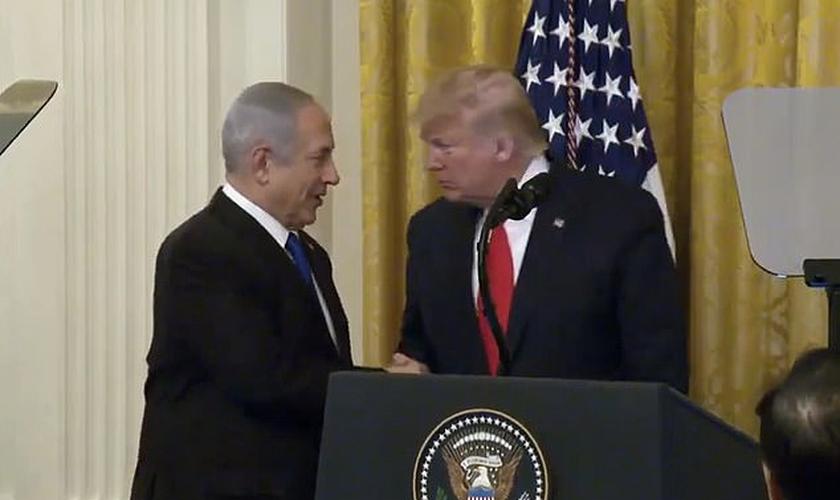 Trump durante anúncio do plano de paz, ao lado de Benjamin Netanyahu. (Foto: Reprodução/ Daily Mail)