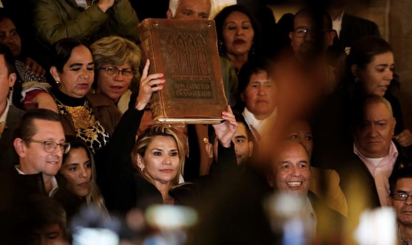 Senadora Jeanine Anez segura a Bíblia após se declarar presidente interina da Bolívia. (Foto: Reuters/Marco Bello)